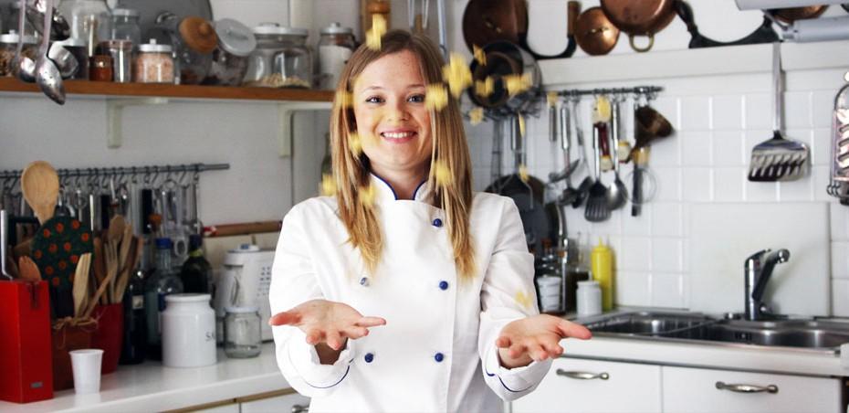 Giulia Causarano nel servizio fotografico alla scuola di cucina di Lella